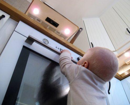 Barn fremfor ovn - Froskeperspektiv
